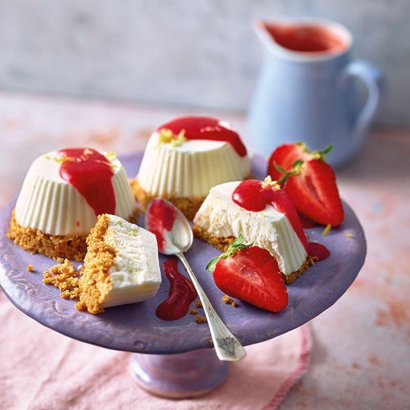 Foto van Cheesecake-ijstaartjes met aardbeiensaus door WW