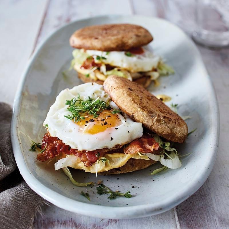 Foto van Geroosterd broodje met ei en bacon door WW
