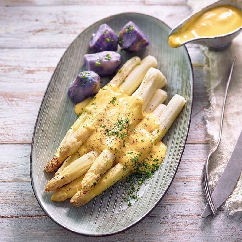 Foto van Asperges uit de oven met hollandaisesaus en paarse aardappelen door WW