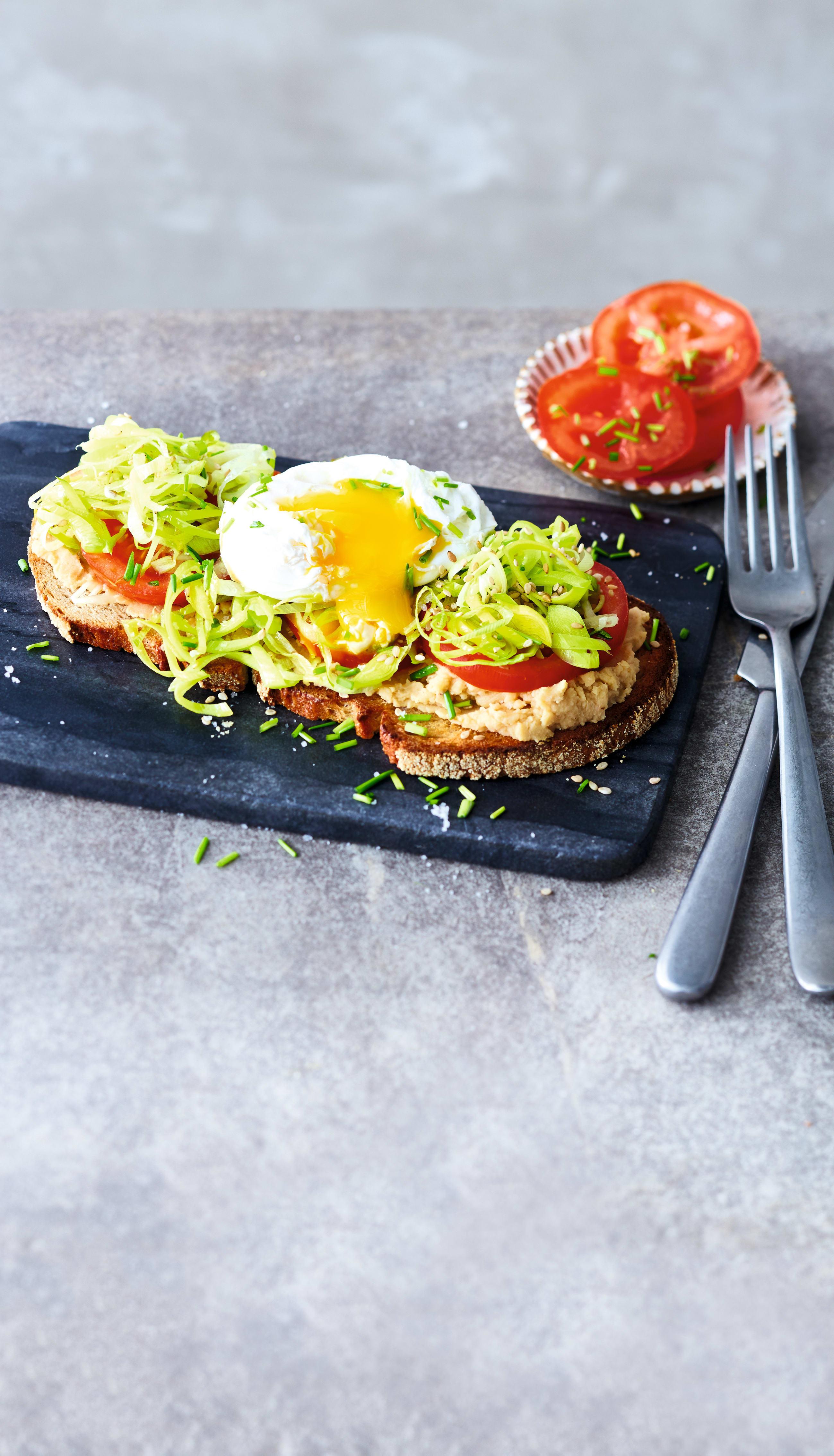 Foto van Sandwich met hummus, prei en gepocheerd ei door WW