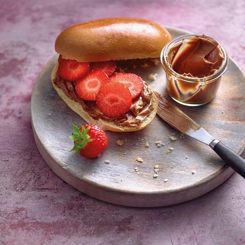 Foto van Melkbroodjes met chocoladecrème en aardbeien door WW