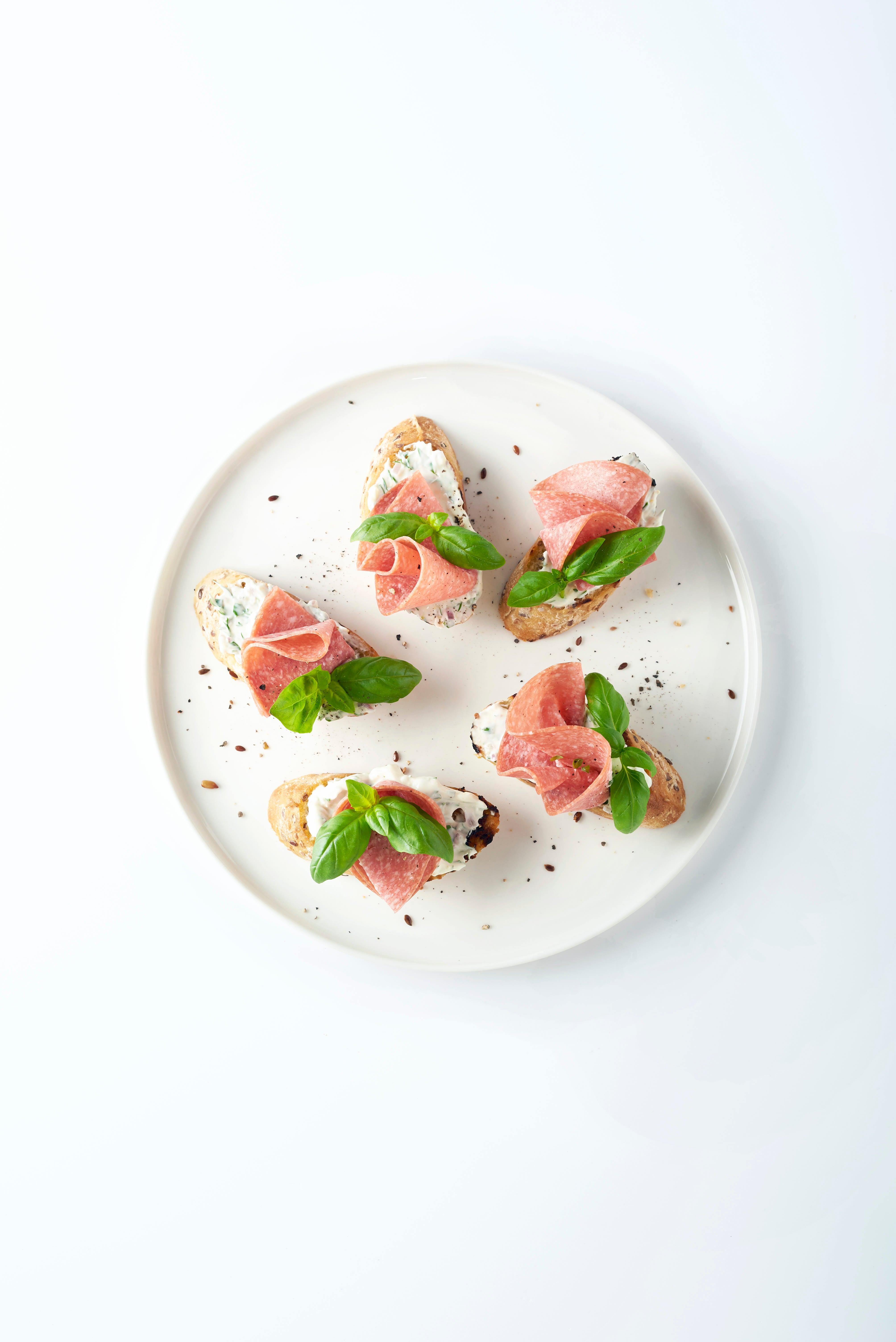 Photo de Bruschetta au fromage aux fines herbes et salami prise par WW