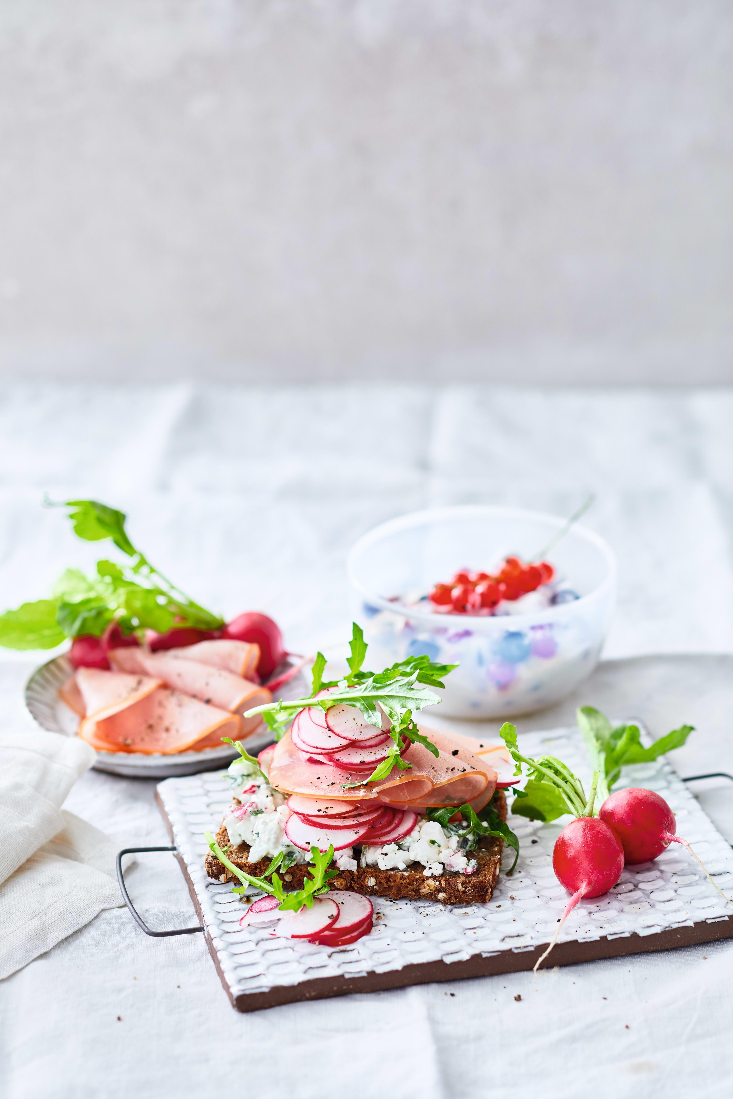 Foto van Roggebrood met radijs en ham door WW