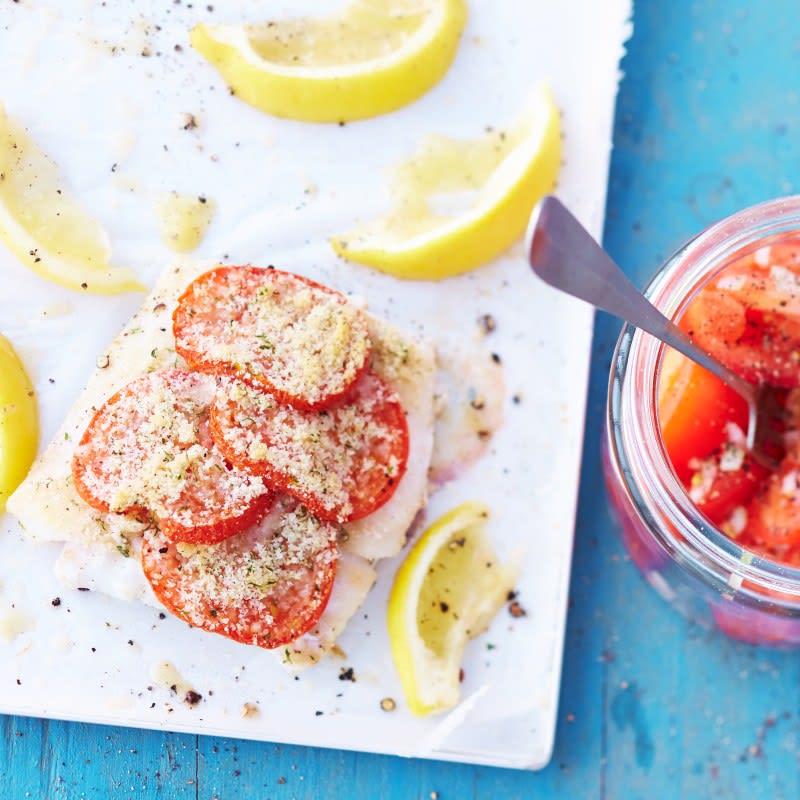 Foto van Kabeljauw met tomaat-parmezaankorst en salade door WW
