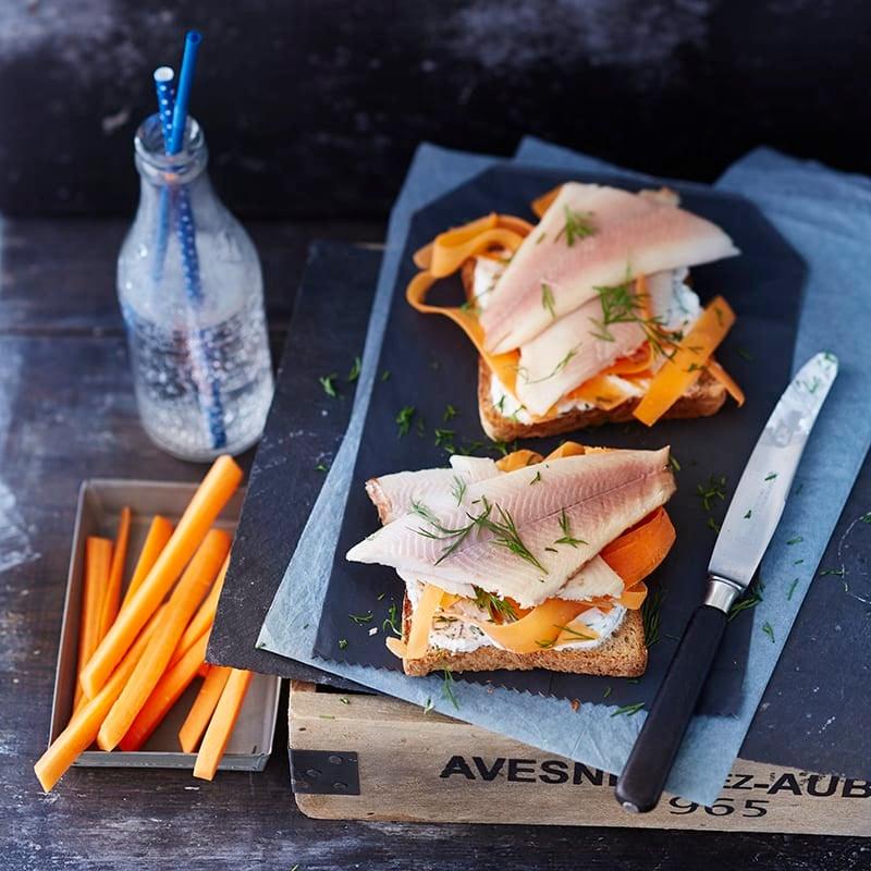 Foto van Geroosterd brood met forel en mierikswortel door WW