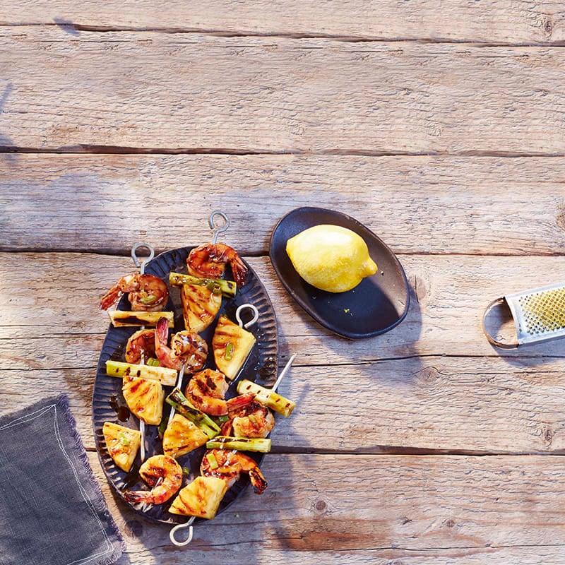 Photo de Brochettes de crevettes et d'ananas sur salade d'épinards prise par WW