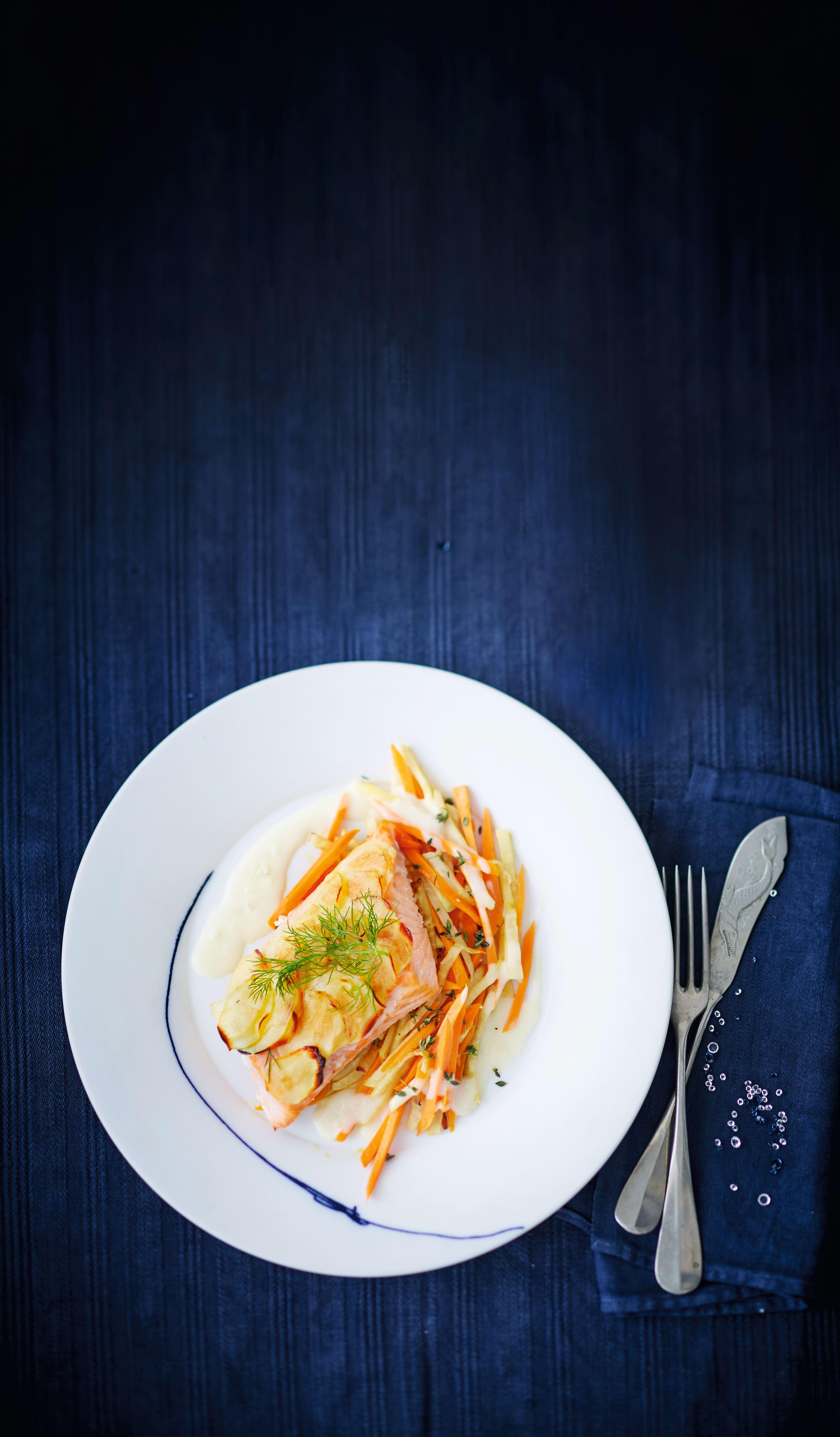 Foto van Zalm met aardappeldakje en wortelgroenten door WW