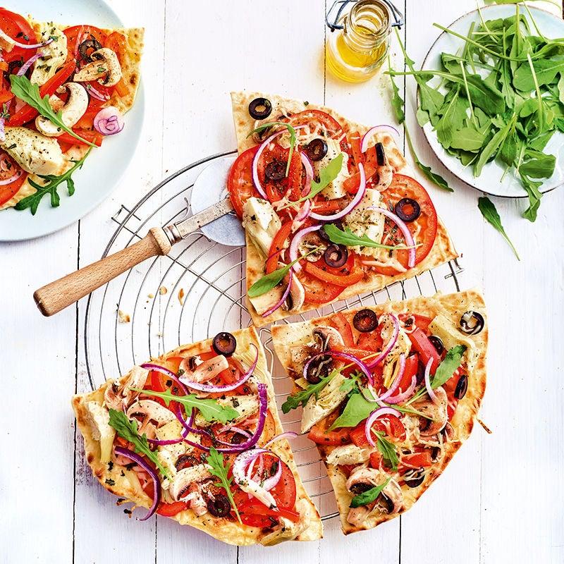 Foto van Gegrilde pizza met groenten en rucola door WW