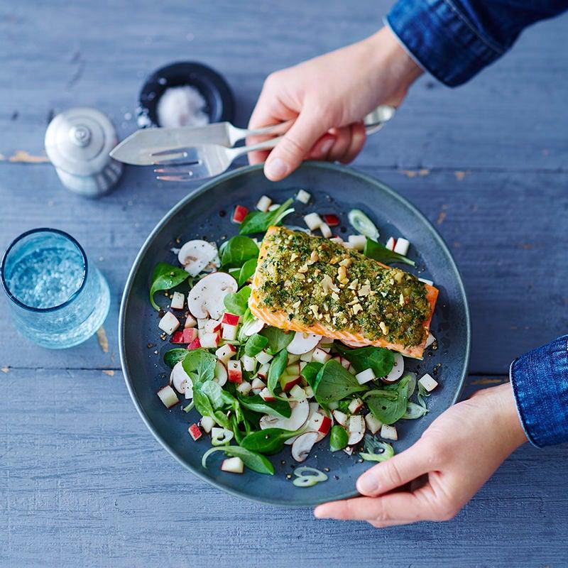Photo de Filet de saumon, crumble aux noix et salade mixte prise par WW