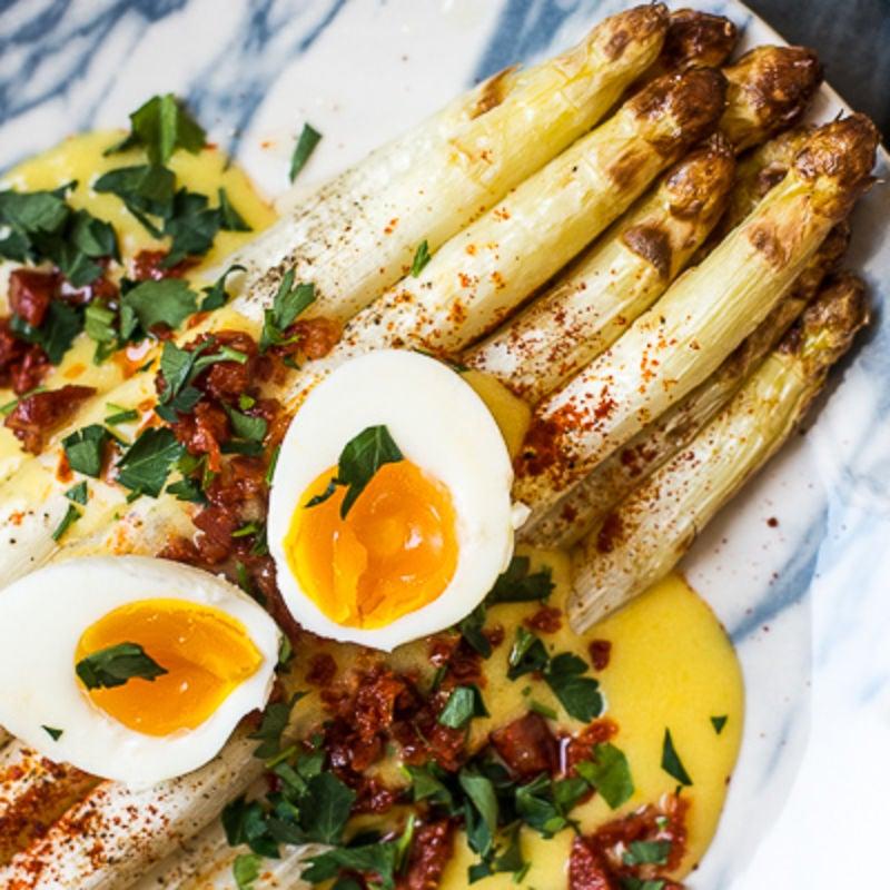Photo de Asperges blanches grillées, sauce hollandaise WW et chorizo haché - recette de Ohmyfoodness (blog néerlandais) prise par WW