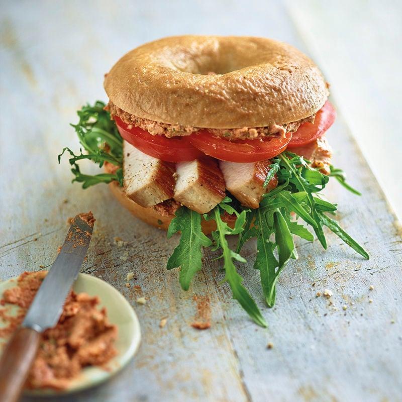 Foto van Kalkoenbagel met tomatenpesto en rucola door WW