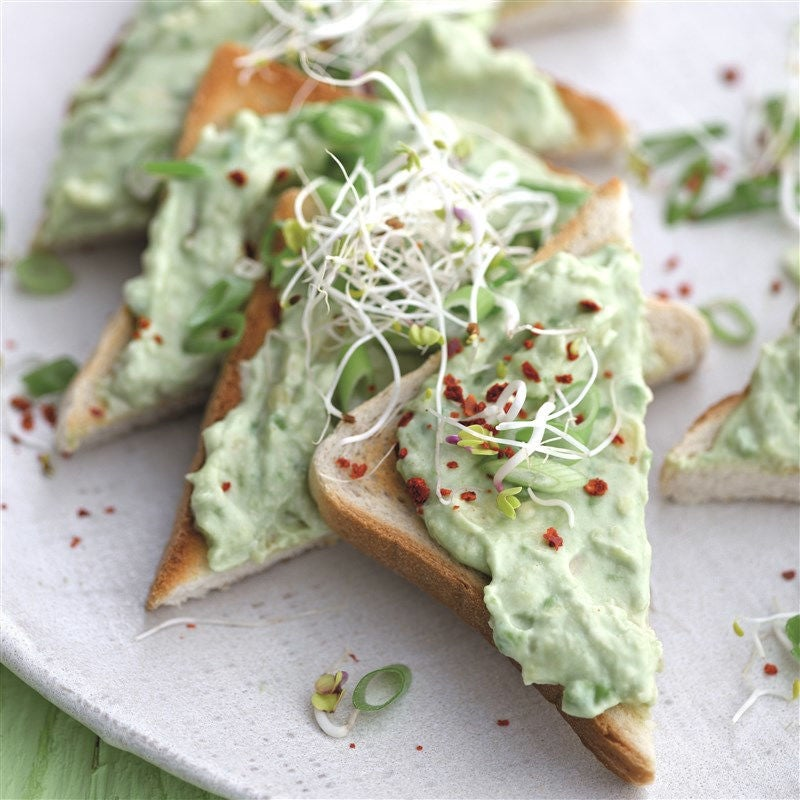 Foto van Toast met romige avocado en scheuten door WW