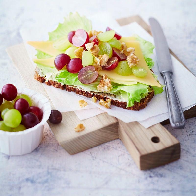 Foto van Boterham met kaas en druiven door WW