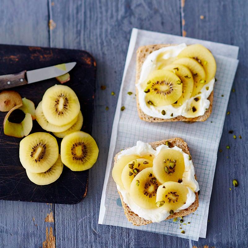 Foto van Volkorenbroodje met kiwi door WW