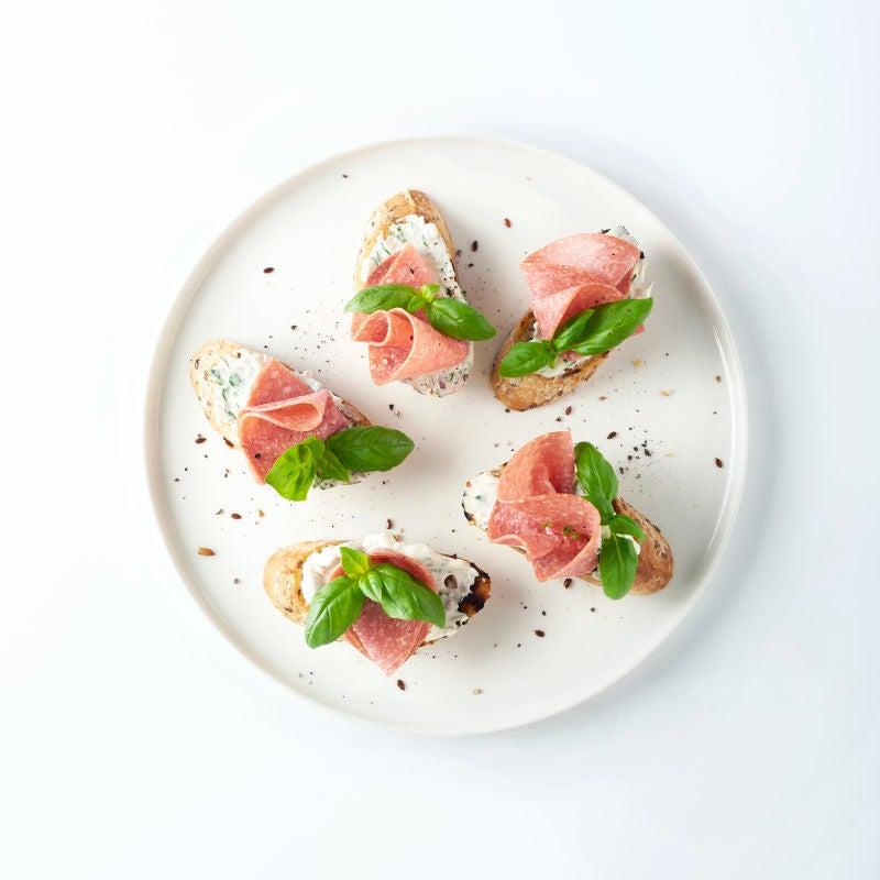 Foto van Bruschetta met kruidenkaas en salami door WW