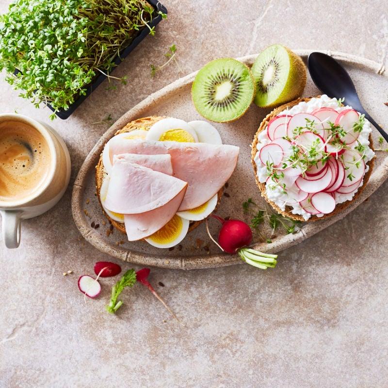 Foto van Volkorenbroodje met ei en kalkoenfilet door WW
