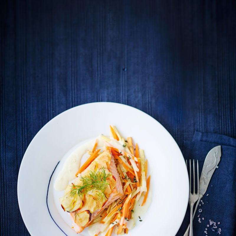 Photo de Saumon entier, tuiles de pommes de terre et carottes prise par WW