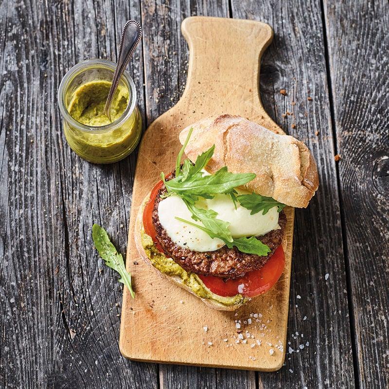 Foto van Hamburger met tomaat, mozzarella en pesto door WW